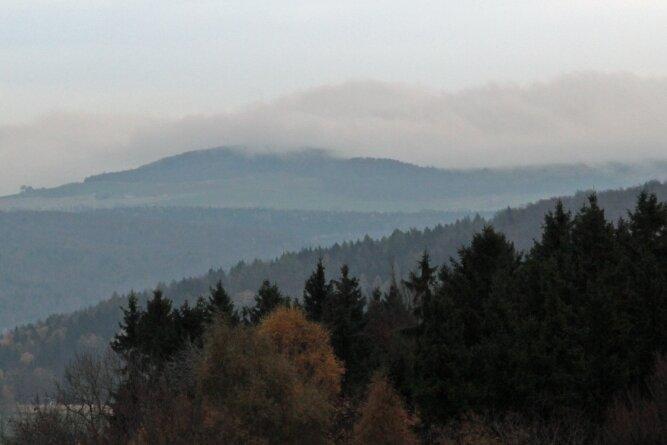 Besonders in den Wintermonaten drückt der sogenannte Böhmische Nebel bei bestimmten Windverhältnissen über den Erzgebirgskamm.