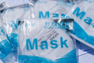 Frühestens ab Dienstag sollen über die Apotheken je drei kostenlose Schutzmasken an Senioren und Risikopatienten verteilt werden, heißt es vom Sächsischen Apothekerverband.