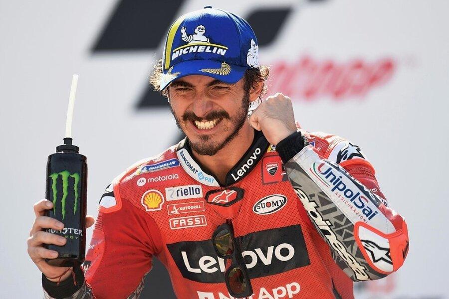 Francesco Bagnaia aus Italien jubelt nach seinem Sieg in der Moto-GP im spanischen Motorland Aragon.