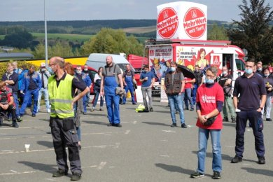 Protest unter Corona-Bedingungen am Werktor von Mahle Heinsdorfergrund.
