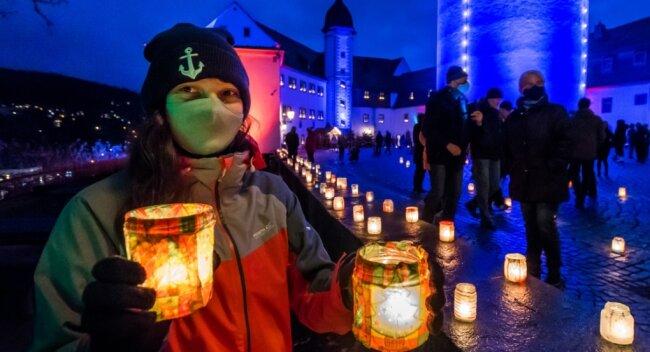 Tomke Diebel gehörte zu den Mitarbeitern der Zschopauer Stadtverwaltung, die am Sonntag den Schlosshof mit Hunderten Teelichtern, die jeweils in per Serviettentechnik verzierten Gläsern standen, zum Leuchten gebracht haben.