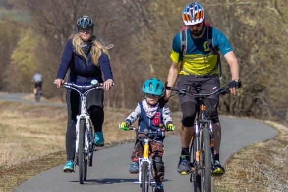 Familie Becher aus Oberwiesenthal hat für ihren Ausflug zum Tiergehege am Pöhlberg den Radweg an der B 95 genutzt. Auf ihm strampelte sie nach dem Besuch in Annaberg-Buchholz auch wieder nach Hause.