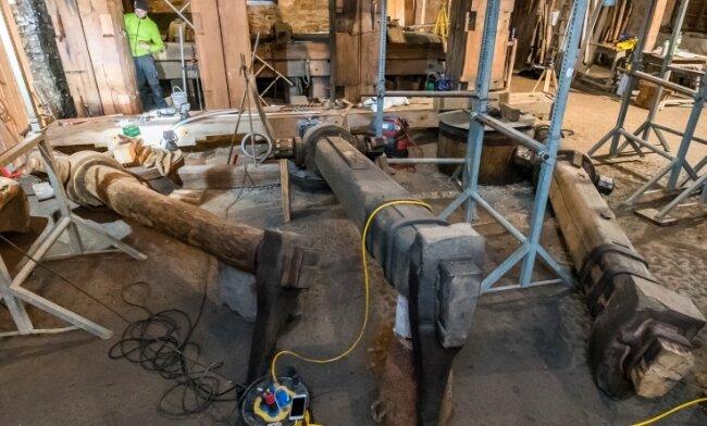 Zur Sanierung des Hammergestells mussten zunächst die drei Fallhämmer ausgebaut werden. Der schwerste, der Breithammer (r.), wiegt rund 300 Kilogramm und wird bei Führungen im Kupferhammer zu Demonstrationszwecken in Gang gesetzt.