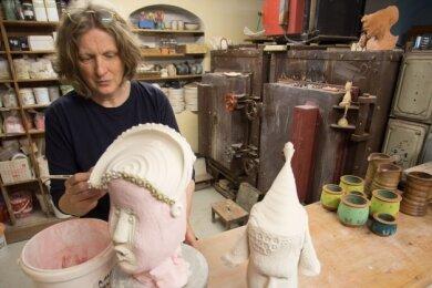 Jana Kalisch bei der Arbeit in ihrem Atelier.