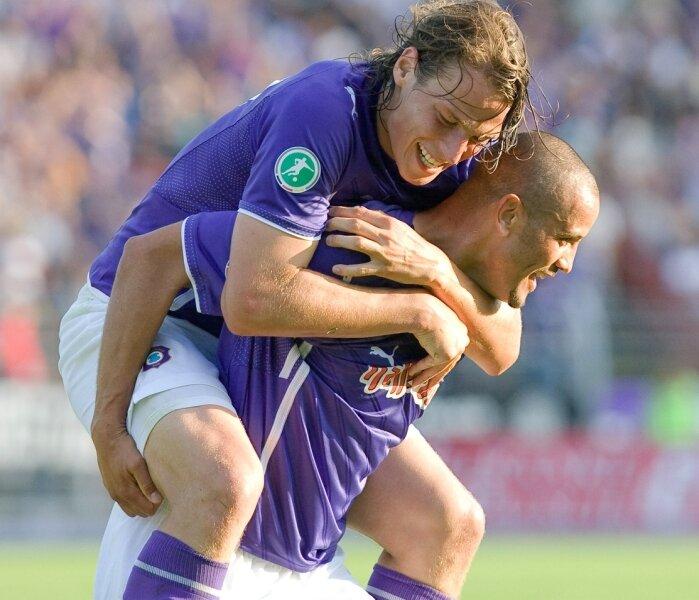 Torschütze Najeh Braham wird von Teamkollegen Marc Hensel bejubelt.