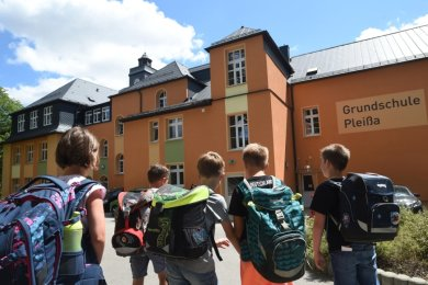 Zur Grundschule in Pleißa kommen derzeit weniger Mädchen und Jungen als gewöhnlich. Die Schüler von zwei der sechs Klassen dürfen wegen Coronafällen das Gebäude vorerst nicht betreten.