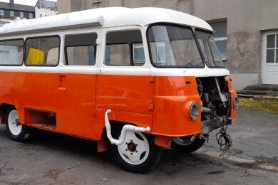 Der Robur LO3000-Bus steht zurzeit noch in Chemnitz, wo er von einem Oldtimer-Bastler aufgebaut wird. Neu lackiert ist das rollende Kino schon. Bald soll der Bus von Rodewisch aus auf Tour gehen.