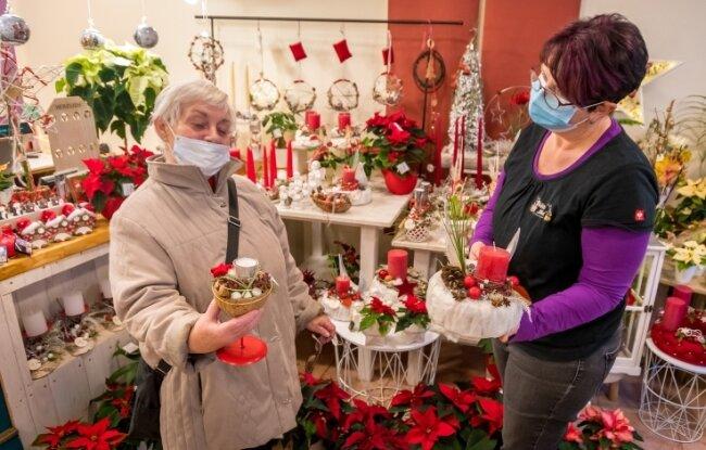 Auf der Suche nach weihnachtlicher Dekoration wurde Gudrun Weick (l.) am Samstagnachmittag in Olbernhau im Geschäft von Floristin Andrea Schellenberger fündig.