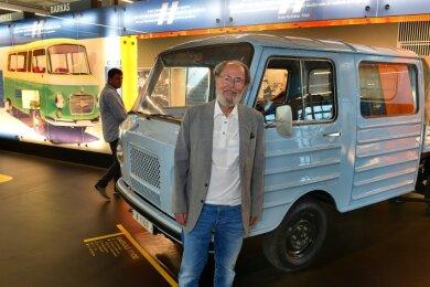 Jürgen Rehm, der Vorsitzende des Fördervereins Fahrzeugmuseum, steht vor dem Prototyp des Barkas 1100. Wie viele andere Framo- und Barkas-Modelle ist das Fahrzeug im Museum Zeit-Werk-Stadt zu sehen.