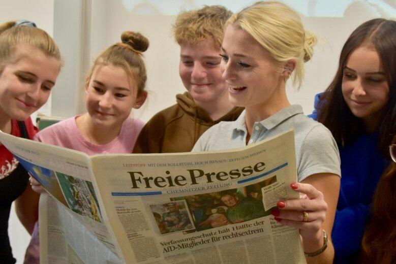 """Zeitung im Unterricht: Deutsch-Lehrerin Katharina Rietzschel (dritte von links) beschäftigt sich mit Schülern der Klasse 8b in der Pestalozzischule in Limbach-Oberfrohna auch mit Artikeln und Schlagzeilen in der Tageszeitung """"Freie Presse""""."""