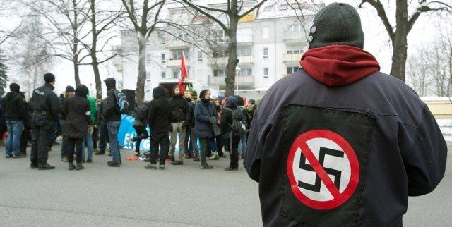 """Das """"Bündnis Chemnitz Nazifrei"""" hat am Samstag gemeinsam mit der """"Chemnitzer Brücke"""" 350 Menschen gegen einen Aufmarsch der rechtesgrichteten Initiative """"Zukunft für Chemnitz"""" mobilisiert."""