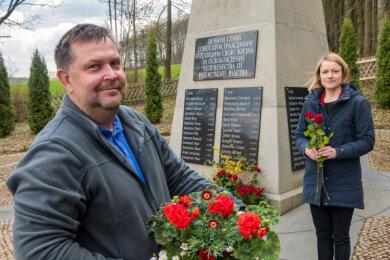 Clara Bünger und Gerd Glöckner legten am Ehrenmal in Nennigmühle Blumen nieder.