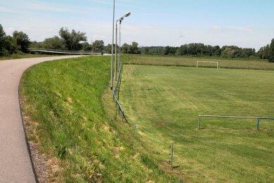Der Sportplatz in Wernsdorf: Von der Muldenstraße (links) aus haben Zuschauer den wohl besten Blick.