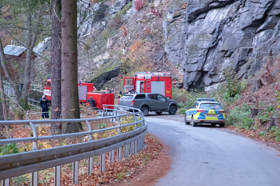 Kameraden der Feuerwehr Wolkenstein kamen zum Einsatz, um die Frau zu bergen.