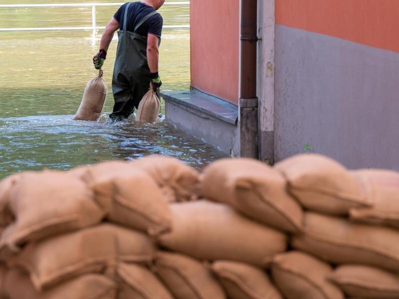 Wer als direkt Betroffener wegen Hochwasserschäden daran gehindert ist, zur Arbeit zu kommen, muss für wenige Tage bezahlt freigestellt werden.