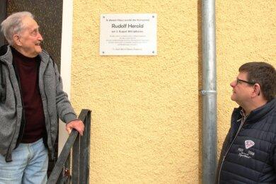 Eine Gedenktafel erinnert jetzt an den Komponisten Rudolf Herold. In dessen Geburtshaus wohnt der ehemalige Ortsvorsteher Frank Thies (links). Sein Nachfolger Veit Bursian hat sich gemeinsam mit dem Ortschaftsrat um die Tafel gekümmert.