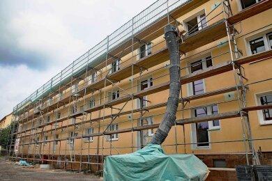 Der Großvermieter investiert weiter und stattet in diesem Jahr unter anderem den Wohnblock Holzstraße 25-29 mit Balkonen aus.