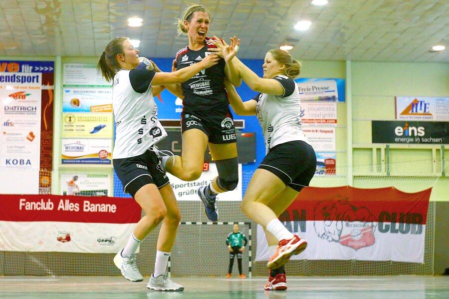 Christina Zuber (Zwickau) sucht die Lücke zwischen Ramona Ruthenbeck (Beyeröhde, links) und Natalie Adeberg (Beyeröhde) und erzielt einen der BSV-Treffer.