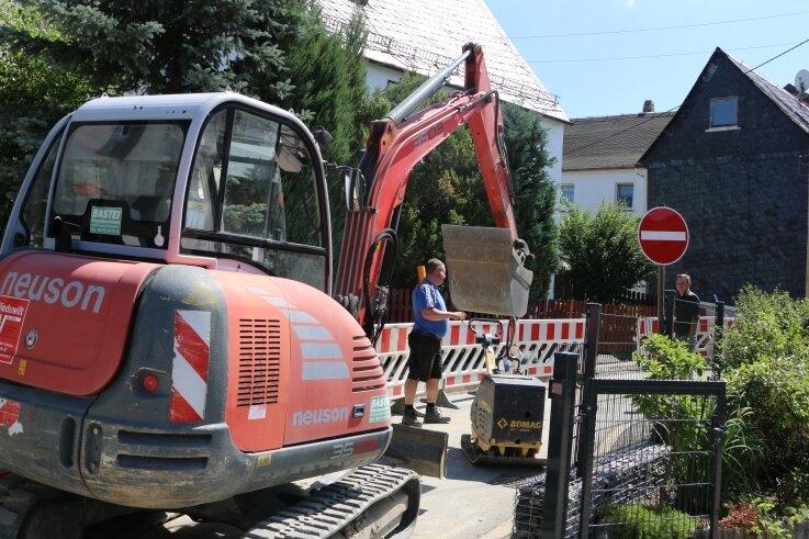 In Mühltroff werden weitere Rohre für die Erdgasversorgung verlegt. Dadurch ist auch die Straße nach Langenbuch gesperrt.