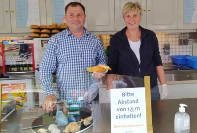 Die Lichtenauer Udo und Ines Klemm verkaufen frischen Fisch, und das auch in Sayda beim Bergfest seit acht Jahren.