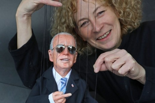"""Brigitte Schneider, die """"Präsidenten-Macherin"""" aus Lichtenstein. Hier mit ihrem neuesten Werk, Joe Biden."""