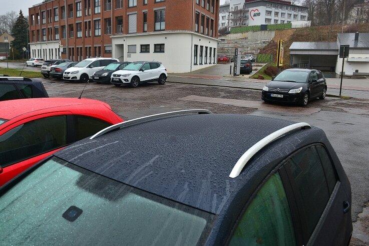 Noch ist der Parkplatz gegenüber des Awo-Neubaus den Angestellten der Stadtverwaltung vorbehalten. Doch für sie wird ein neuer Platz an der Burgstädter Straße gebaut.