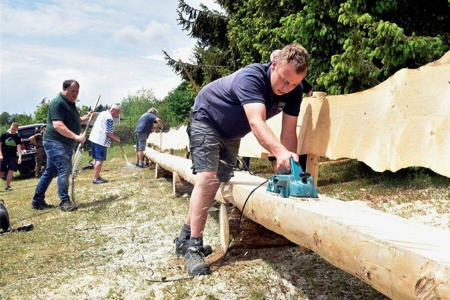 In Gemeinschaftsarbeit ist auf dem Herrenberg in Zwota eine 30,70 Meter lange Riesenbank gebaut worden. Unter anderem gab Christian Schuster ihr den letzten Schliff.