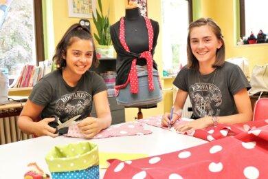 """Das Jugendzentrum """"Ufo"""" Flöha steht für alle Kinder und Jugendlichen im Alter von 10 bis 21 Jahren offen und bietet ein vielfältiges Programm. Hier setzen Emilie Friede (l.) und Sarah Endig ihre Ideen in der Schneiderwerkstatt um."""