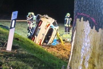 Bei dem Unfall wurden auch mehrere Bäume beschädigt, die laut Polizei zu fällen sind.