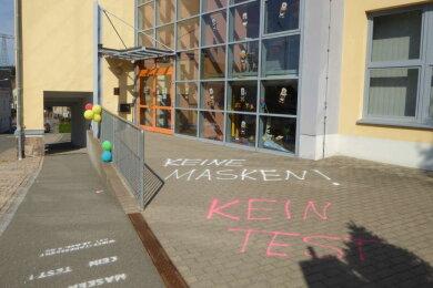 Graffiti vor der Grund- und Oberschule Leubnitz bei Werdau.