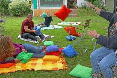 Testlauf für eine spontane Kissenschlacht im Garten: Kulturpädagogin Diana Freydank, Sozialpädagoge Jörg Banitz, Lisa Bartholome (Freiwilliges Soziales Jahr) und Ben Ulke (Öffentlichkeitsarbeit).