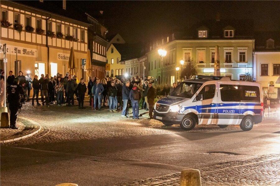 Erneut haben sich am Montag in Zwönitz Menschen versammelt, die dann durch die Bergstadt zogen.