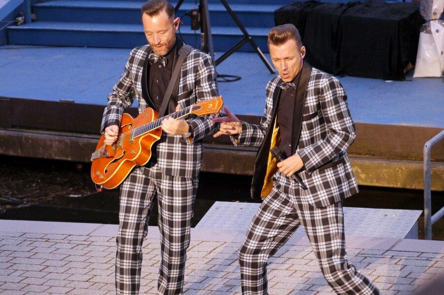 """Die bekannteste Rock'n Roll-Coverband Sachsens, die """"Firebirds"""" aus Leizpig, boten auch an der Seebühne wieder eine mitreißende Show auf der Bühne, die sonst klassischen Stücken vorbehalten ist."""