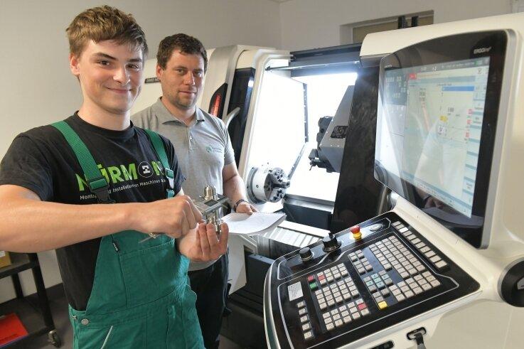 Marvin Drechsler (links), angehender Zerspanungsmechaniker im dritten Lehrjahr, wird bei der Saxonia Bildung in Halsbrücke von Ausbilder Dirk Günther an der neuen CNC-Drehmaschine unterwiesen.