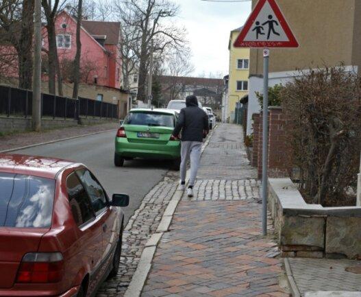 Der Fußweg an der Johannisstraße in Glauchau ist in einem äußerst maroden Zustand.