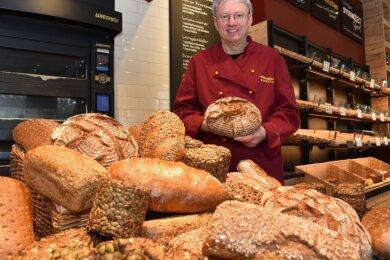 Roman Wunderlich zeigt in seiner Bäckerei Wunderlichs Backstuben seine Brotvielfalt. 15 Brotsorten sind im Angebot.