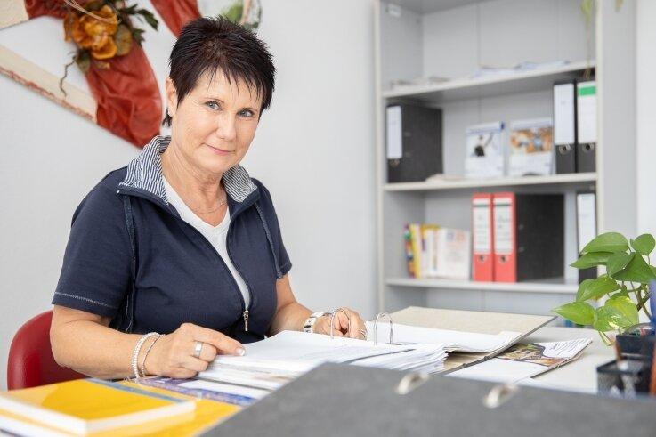Simone Kolibius in ihrem Büro im Turnerheim in Cranzahl, wo sie jeden ersten Montag im Monat ihre Sprechstunde abhält.