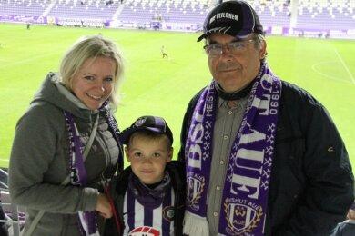 Endlich wieder Stadionluft schnuppern: Katrin Stützer und ihr Sohnemann Bastian gehörten mit Opa Harald Stützer zu den 999 Besuchern, die beim ersten Heimspiel von Fußball-Zweitligist FC Erzgebirge Aue in der Saison 2020/21 zugelassen waren.