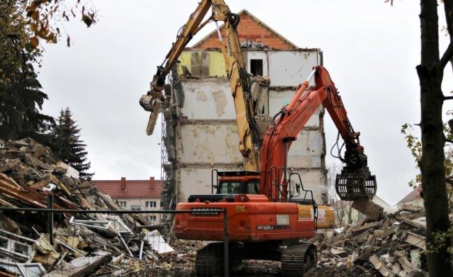 Mit schwerer Technik ist in den vergangen Tagen in Flöha ein Teil des Wohnblocks Lessingstraße 58 bis 70 abgerissen worden. Es handelt sich um zwei Eingänge mit insgesamt 20 Wohnungen.