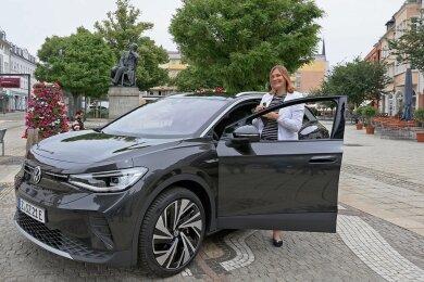 Constance Arndt und ihr neues Dienstauto: Das Elektrofahrzeug stammt aus dem Zwickauer VW-Werk.