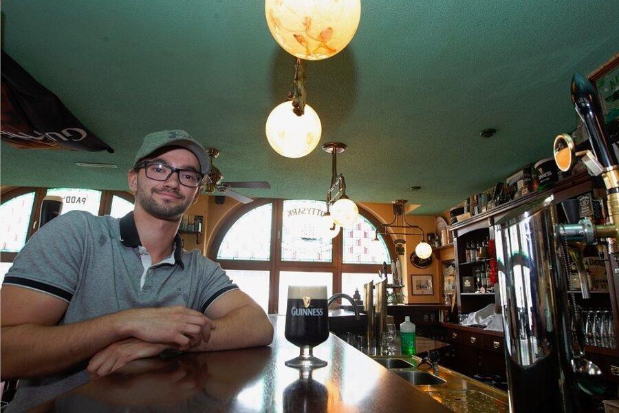 """Tim Pilk übernimmt von seinem Vater Hardy die Leitung des """"Irish Corner Pub"""" an der Ecke Rathausstraße/Klostermarkt."""