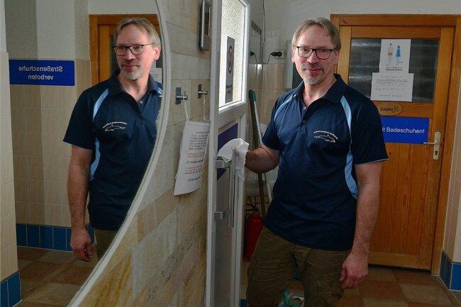 Desinfizieren ist derzeit die Hauptaufgabe von Lutz Hoffmann in der Schwimmschule in Sachsenburg.