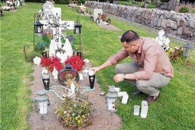 Der Stockholmer Alan Shamoun am Grab seiner Mutter, die Ende März mit 78 Jahren an Covid-19 starb. Der Sohn ist überzeugt, dass sie zu jenen in der Klinik gehörte, die dem Virus überlassen worden sind.