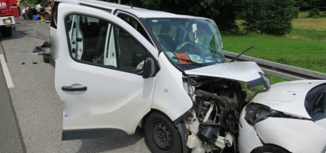 Ein Schulbus, besetzt mit Kindern, war frontal in den Gegenverkehr gefahren. Wie sich später herausstellte, stand der Fahrer zum Unfallzeitpunkt unter Alkoholeinfluss.
