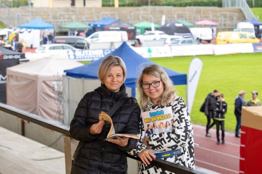 Schülerin Emily Ott besuchte mit Mutter Bianca die 13. Plauener Ausbildungsmesse. Vom Nieselregen ließ sich die junge Frau nicht abhalten, wie sie sagt.