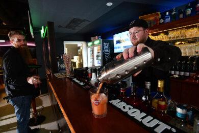 Zur Eröffnung einen Cocktail: Felix Sander (links) und Franz Nichel sind Mitarbeiter in Moes Pub, das seit Donnerstag offen ist.
