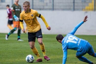 Jonas Kühn erlebte als 17-Jähriger im November 2019 bei einem Testspiel gegen den Chemnitzer FC seine Premiere im Zweitligateam von Dynamo Dresden. Ab Juli gehört er offiziell zum Kader, in dem er neben Chris Löwe der zweite Plauener ist. Beide sind zudem auf der Linksverteidigerposition zu Hause.