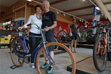 Wolfgang Lorenz und Tochter Manuela Schlöricke zeigen das historische Fahrrad, von denen Firmengründer FritzLorenz Exemplare verkauft hat.