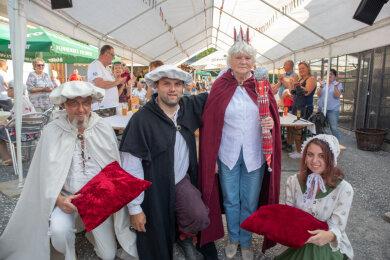 Waldtraud Freitag die Erste, ihres Zeichens Kugelschreiberkönigin von Annaberg (Mitte).