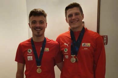 Gute Laune am Freitagabend bei Nicolas Heinrich (links) und Laurin Drescher: Die beiden Bahnradsportler haben dem ESV Lok Zwickau drei Medaillen bei der EM im italienischen Fiorenzuola beschert.